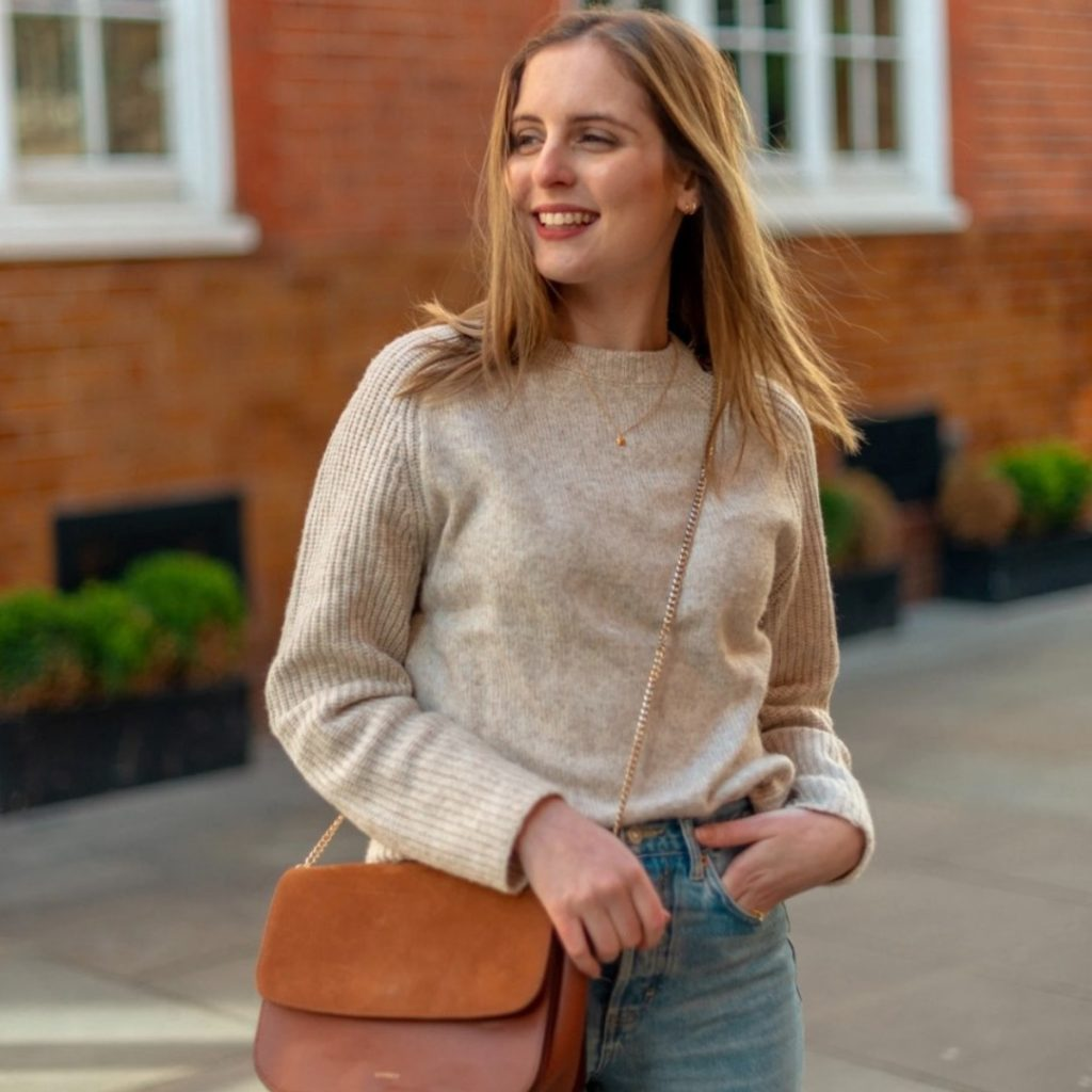 Marta Canga - Vegan Lifestyle Blogger looking cosy in warm spring colours 🍂