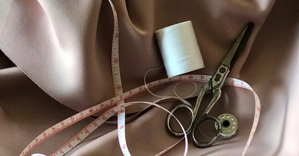 Sewing kit with measuring tape, thread and scissors | Alter, mend and repair your clothes | Tips for an ethical collection